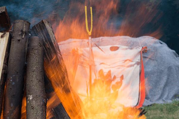 Feuer vor einer Schwitzhütte