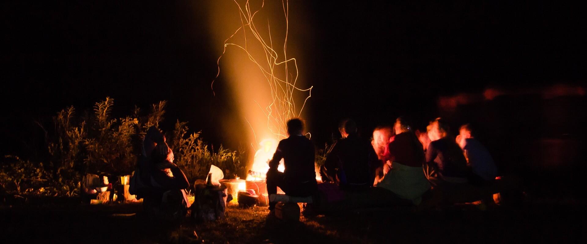 Jugendliche Lagerfeuer